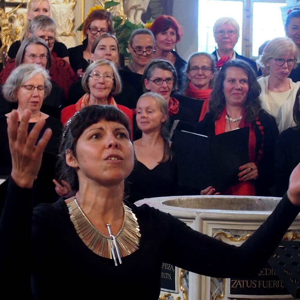 Chorleiterin Agnes Ponizil